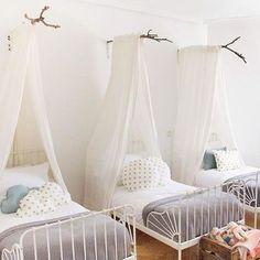 Vía Hitherandthither El estilo vintage se lleva, y mucho, así que no es de extrañar que una pieza tan bonita como las camas de forja hayan reaparecido para quedarse. El encanto y el toque romántico que tienen estas camas es difícil de igualar, y por eso nos gustan incluso para los cuartos infantiles, porque además …