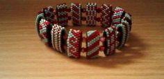 Armband-in-Mint-Rot-auf-Traegerperlen-gefaedelt-Handmade