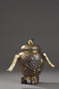 Vase tripode couvert en fer incrusté   Japon, époque Meiji, fin du XIXe siècle I Daguerre I Vendu 17 000 € marteau le 20 juin 2017
