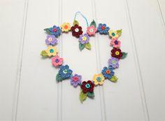 De kroon van de hele jaar door, Valentijnsdag geschenk, bloemen krans, lente krans, gehaakte wand decor, muur opknoping, cadeau voor haar