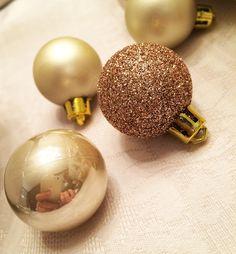 Quando eu era criança, amava loucamente o Natal. Depois, adulta, comecei a não gostar mais. Me dava uma tristeza, uma melancolia, e eu ficava torcendo pra tudo isso passar logo. Hoje, com filhos, voltei a gostar, por causa deles. Porque eles me lembram a alegria que o Natal me trazia quando eu era criança. Sei …