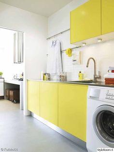 kodinhoitohuone,keltainen ovi,pesuallas,kaapistot