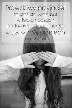 Prawdziwy przyjaciel to ktoś kto widzi ból w Twoich oczach podczas kiedy cała reszta wierzy w Twój uśmiech na twarzy. Wise Qoutes, New Quotes, Daily Quotes, True Quotes, Inspirational Quotes, Life Slogans, Saving Quotes, Pretty Quotes, Motto