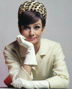 Her mother called her an ugly duckling, but no one in Hollywood history more epitomises elegance and sexy sophistication than Audrey Hepburn. Audrey Hepburn Hut, Katharine Hepburn, Aubrey Hepburn, Divas, Golden Age Of Hollywood, Old Hollywood, Glamour, Dame Chic, Look Retro