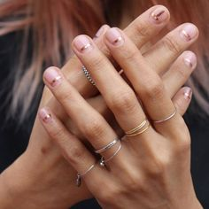 If you prefer a shorter, natural nail then this trend may be right up your alley. We are loving minimalist nail art designs with their mix of super sheer nail colors and simple designs (very often in gold/rose gold) using strip tape, glitter and gems. Minimalist Nails, Minimalist Style, Nagel Tattoo, Nail Striping Tape, Nagel Hacks, Manicure E Pedicure, Manicure Ideas, Prom Nails, Nails 2018