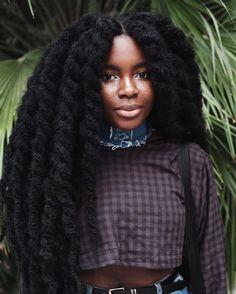 Ne plus penser à ce qu'on va faire de notre afro pendant quelques semaines, ça fait du bien ! On respire enfin avec les cheveux tressés, découvrez notre sélection de coiffures.