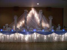 Alumbrado debajo de la mesa hace una bella presentación, especialmente si la boda es de noche.