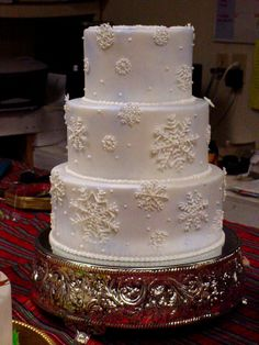 Snowflake Cake-love the coloring and piping