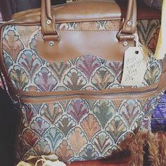 Nothing like a #vintage Sunday bag ... Unique and stylish! #britdoesvintage #bdvoutandabout #vintagebag #vintageaccessories #sundaybag