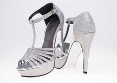 Luce radiante y con #glamour. #LaModaMasDeseada #Estilo #Zapatillas #fashion #plata #glam. ¡Adquiérelas en Price Shoes!→http://tiendaenlinea.priceshoes.com/