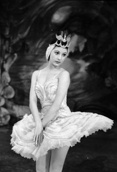 13th September 1943: English ballerina Dame Margot Fonteyn (1919 - 1991) in Act Four of 'Le Lac des Cygnes' at the New Theatre in London. (Photo by Tunbridge/Tunbridge-Sedgwick Pictorial Press/Getty Images)