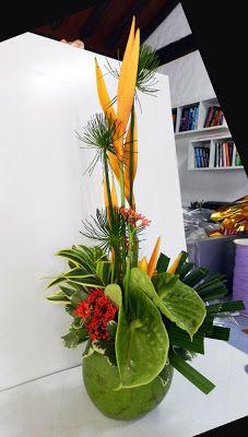 Arranjo floral no coco verde.Arrangement floral in coconut Deco Floral, Arte Floral, Modern Floral Arrangements, Flower Arrangements, Tropical Centerpieces, Hawaian Party, Tropical Colors, Deco Table, Tropical Paradise