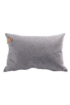 Yksivärinen tyyny pehmeää 100% villaa. Koko 60x40 cm. Irrotettava ja pestävä päällinen. Piilovetoketju alareunassa. Mukana sisätyyny untuvaa. <br><br>100% villaa<br>Villapesu 30°