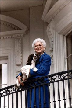 At Home With Presidential Families - Traditional Home® President George H. Bush, First Lady Barbara Bush poses on the Truman Balcony of the White House with her pup Millie in January Photograph courtesy of the George Bush Presidential Library Presidents Wives, American Presidents, American History, Republican Presidents, Conservative Republican, Barbara Pierce Bush, Barbara Bush, First Lady Of America, Bush Family