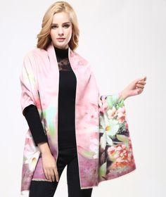 Kvalitný ručne tkaný kašmírový šál s motívom kvetov model 02 Cashmere Wool, Cashmere Scarf, Floral Scarf, Scarf Styles, Fashion Prints, Womens Scarves, Shawl, Modeling, Kimono Top