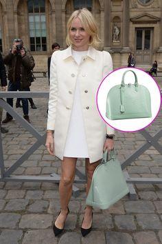 Los accesorios must de las celebridades. Naomi Watson con el bolso Alma en menta, de Louis Vuitton.