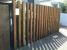 This amazing fence gate can be a very inspiring and extremely good idea Diy Privacy Fence, Garden Privacy, Privacy Screen Outdoor, Garden Fencing, Diy Fence, Fence Ideas, Front Yard Fence, Fence Gate, Backyard Fences
