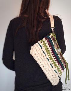 El Clutch Boho de trapillo que estabas esperando | Santa Pazienzia Crotchet Bags, Knitted Bags, Knit Bag, Fabric Yarn, Crochet Purses, Knitting Accessories, Clutch Purse, Lana, Straw Bag
