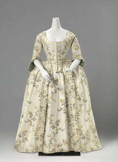 Bruidsjapon van witte veelkleurig gebrocheerde zijde met bloemen en bladeren, bestaande uit een overjapon en een rok, anoniem, ca. 1760