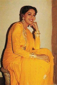 Madhuri's famous suit from maye ni maye in hum apke hain koun Bollywood Outfits, Bollywood Actors, Cute Celebrities, Indian Celebrities, Hum Aapke Hain Koun, Iconic Dresses, Hindi Actress, Vintage Bollywood, Madhuri Dixit