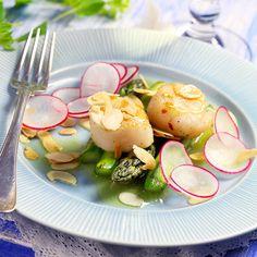 Recept på Grön sparris med halstrade kammusslor och brynt mandelsmör från - Hemmets Journal