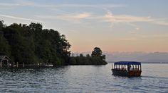 Die Fähre zur Roseninsel bei der letzten Überfahrt an einem Sommerabend.
