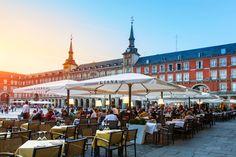 Madrid – eine Stadt voller Kontraste Spuren der Habsburger      Und da sind die Straßen der Stadtviertel: der historische Kern der Hauptstadt, das architektonisch ansprechende Habsburgerviertel Austrias mit seinen kleinen Gassen und der berühmten Plaza Mayor (im Bild), …