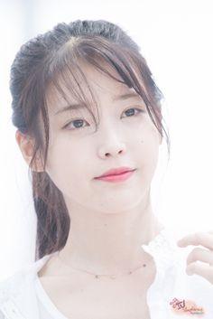 IU 160722 Incheon Airport departing for Nanjing Korean Makeup, Korean Beauty, Asian Beauty, Singer Fashion, Bare Face, Pretty Asian, Korean Star, Korean Celebrities, Beautiful Actresses