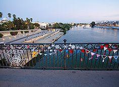 Tejiendo la ciudad adorna el Puente de Triana en Sevilla