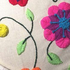 Tutorial de bordado mexicano y peruano – Espacio Claudelina Hand Embroidery, Embroidery Designs, Mexican Dresses, Punch Needle, Needlework, Crochet Necklace, Kids Rugs, Cool Stuff, Pattern