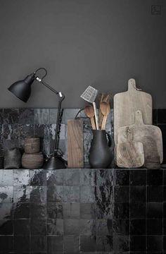 Kitchen Dark Mortex work surface and Moroccan tiles Cabinet D Architecture, Interior Minimalista, Black Tiles, Black Kitchens, Kitchen Black, Modern Kitchens, Küchen Design, Design Ideas, Design Projects