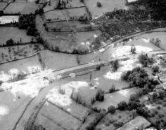 Vue aérienne d'un pont bombardé dans le bocage normand, aux alentours de Saint Lô.
