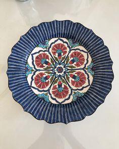 Mutlu pazarlar 💙 #çini #çinisanatı #tileart #seramik #ceramics #homedecor #wallplates #blue #handmade #painting #painting #decoration Tile Art, Beach Mat, Outdoor Blanket, Plates, Ceramics, Tableware, Handmade, Instagram, Painting