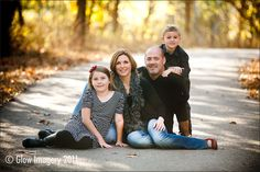 Outdoor Family Photography Poses - Love the path Outdoor Family Pictures, Outdoor Family Portraits, Fall Family Portraits, Family Portrait Poses, Family Picture Poses, Family Photo Sessions, Family Posing, Portrait Ideas, Outdoor Photos