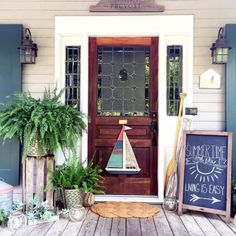 Beautiful Summer Front Porch Decorating Ideas Your porch is the perfect place to enjoy the outdoors during the summer, and you can help make it an inviting area with the right summer porch decor ideas. Cottage Front Porches, Summer Front Porches, Cottage Front Doors, Small Front Porches, Front Porch Design, Front Door Decor, Cottage Farmhouse, Farmhouse Decor, Farmhouse Small