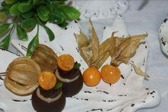 Bombom de Physalis ::: #atteliededoces #docesfinos #carolinadarosci #casamento #sobremesa #docinhos #docesgourmets #mesadedoces #artesanal #bombom #chocolate #physalis