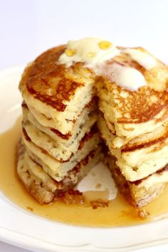 How to make classic buttermilk pancakes that turn out light and fluffy with crisp golden brown edges every time. Everyone loves pancakes and having a Pancake Recipe Using Cake Flour, Yummy Pancake Recipe, Pancake Recipes, Pancake Recipe With Vanilla Extract, Waffle Recipes, Breakfast And Brunch, Breakfast Dishes, Breakfast Recipes, Breakfast Pancakes