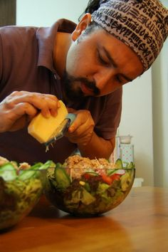 Ton Balıklı Salata - İddia ediyorum, dünyanın en güzel ton balıklı salata tarifini vermek üzereyim. Adına herşeyli salata da diyebiliriz. Bol lifli, bol vitamin ve mineralli, yüksek kalorili, tüm sağlıklı yağları içeren yani vücudun ihtiyacı olan bir çok besini bir arada yiyebileceğiniz lezzetli bir öğün olacak. İyi bir öğle veya akşam yemeği alternatifi sayılabilir. Hatta porsiyonu biraz büyükçe olduğu için tüm gün tok tutacaktır diyebilirim.