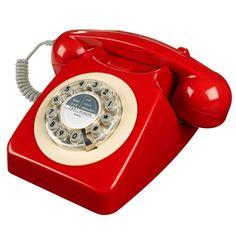Téléphone rouge de la marque Wild & Wolf en vente chez @bonjourbibiche ! Il s'agit d'une réplique du 746 Phone, le téléphone rétro des années 60 d'abord popularisé en Angleterre avant de devenir le modèle du téléphone universel ☏. Pour le confort moderne, le cadran a été remplacé par des boutons poussoirs et le téléphone se branche sur une prise téléphonique standard ou sur une box Internet. Une idée cadeau pour la pendaison de crémaillère d'un ami ?! #cadeau #crémaillère #décoration…
