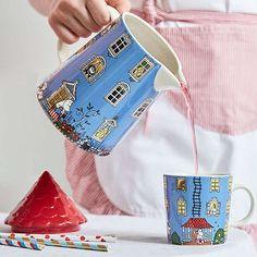 #gjørnoenglad med en Mummi mugge fra Arabia. Mummihuset er en kjempefin mugge i keramikk dekorert med flotte illustrasjoner fra det kjente mummihuset. Det dekorative lokket er formet som taket på mummihuset og setter virkelig prikken over i'en. Dette er en mugge det er stas å sette fram på bordet! #mummimugge #tingbutikkene #gavetips #scandinaviandesign Tove Jansson, Scandinavian Design, Home Accessories, Playing Cards, Instagram, Home Decor Accessories, Cards, Game Cards, Playing Card