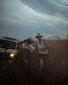 Cute Couple running through a field Couple Aesthetic, Aesthetic Pictures, Aesthetic People, Cute Couples Goals, Couple Goals, Couple Ideas, Couple Pictures, From Dusk Till Down, Margaret Rose