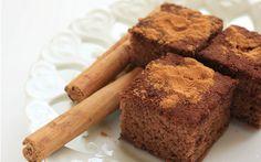 Havuçlu kekin en iyi arkadaşlarından biridir tarçınlı kek tarifi. Tarçın ve ceviz kek harcına renk verdiğinden kekin rengi bir parça kakaolu keki andırır.