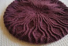 Criação de Valéria Garcia – blog tricoemprosa.com Colunas de ponto meia torcido passeiam de um lado para outro, criando um padrão delicioso de tricotar. A receita traz instruções para tricota…