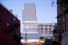 Completed in 2007 in New York, United States. Images by  Iwan Baan. Recently Pritzker laureate SANAA offers to architects, critics and customers very sharp architectures, outstanding and internationally recognized....