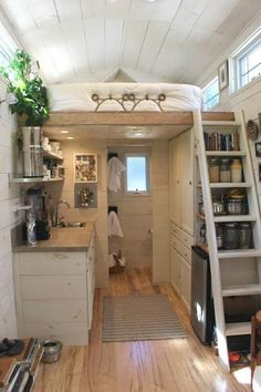 ¿Sabíais que las mini casas están de moda? ¿qué os parecen? ¿seríais capaces de… Hall House, Tiny House Stairs, Tiny House Loft, Tiny House On Wheels, Loft Stairs, Tiny House Exterior Wheels, Tiny House Design, Small Room Design, Stair Storage