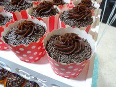 Brigadeiro ou Cupcake? Cupdeiro! Brigacake! Cupcake de chocolate com recheio de brigadeiro gourmet branco! <3 #MyCake #ClaudiaCake #JuliaCake #DoSeuJeito  #Encomende #Sabor #Deliciosos #EuQuero