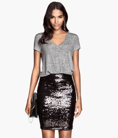 Pair this fitted black sequin skirt with a loose tee for the perfect date-night look.│ Party in H&M