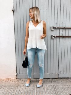 Das perfekte Frühsommer Outfit mit weißer Bluse, Jeanshose und Ballerinas Bluse Outfit, Ballerinas, Jeans, My Style, Sporty Chic, Sleeveless Blouse, Summer Kids, Styling Tips