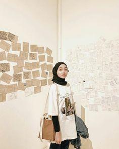 Tips mengenakan kaos pendek untuk hijabers – N&D - Hijab fashion Modern Hijab Fashion, Street Hijab Fashion, Hijab Fashion Inspiration, Muslim Fashion, Look Fashion, Fashion Outfits, Latest Fashion, Fashion Purses, Fashion Killa