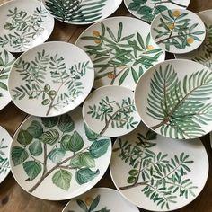 Login These plates are 😍 📷 by: andrea zarraluqui . Ceramic Cafe, Ceramic Plates, Ceramic Pottery, Pottery Art, Slab Pottery, Pottery Painting Designs, Pottery Designs, Paint Designs, Painted Plates